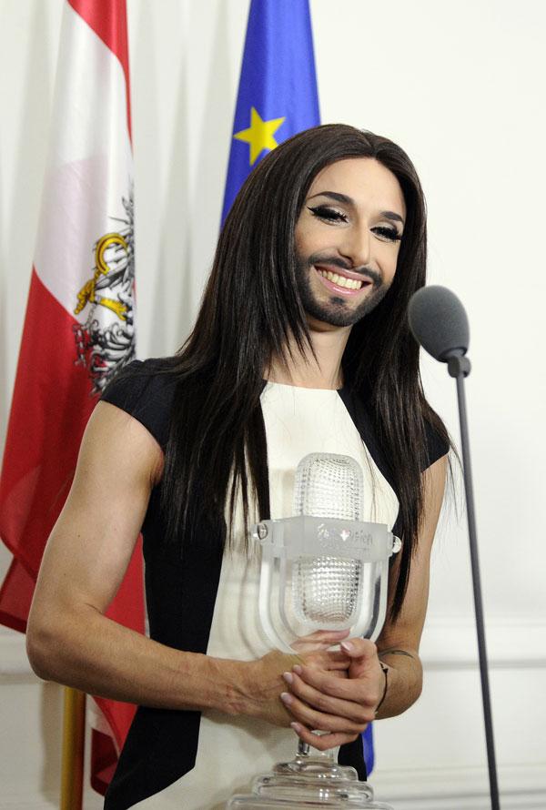 La cantante austríaca gganadora del Festival de la Canción de Eurovisión Conchita Wurst durante la ceremonia de bienvenida en la cancillería federal en Viena, Austria, el Domingo, 18 de mayo 2014