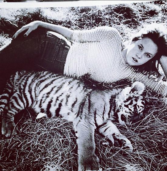 en-1975-con-un-cachorrito-de-tigre