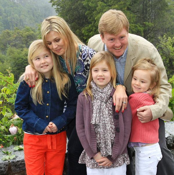 Guillermo y Máxima de Holanda con sus hijas