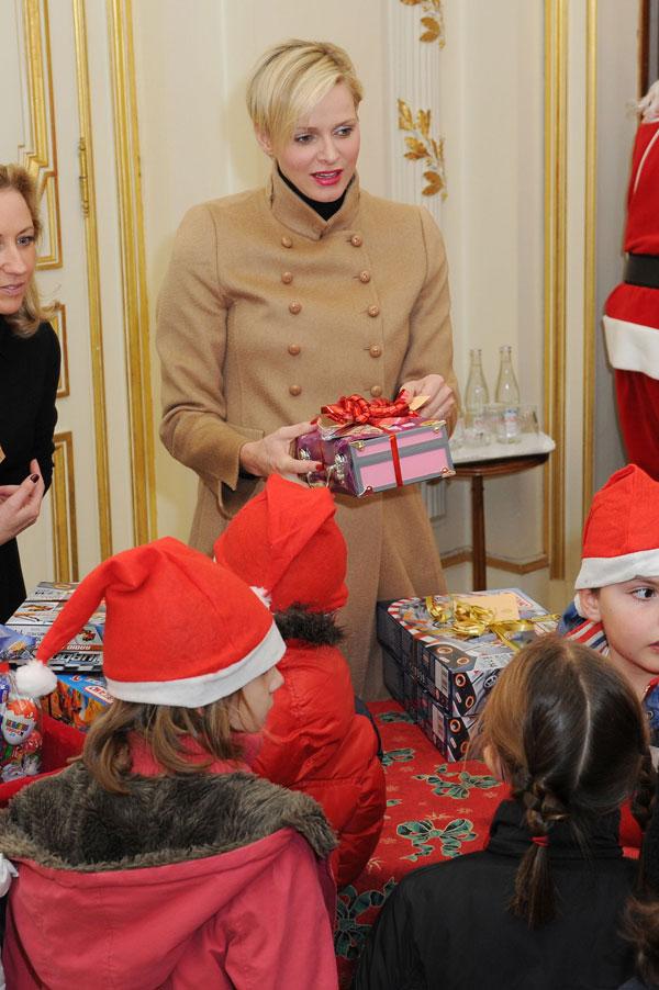 La princesa Charlene reparte juguetes