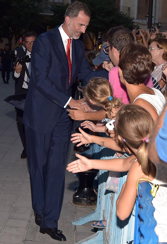 Felipe-saluda-a-los-ciudadanos