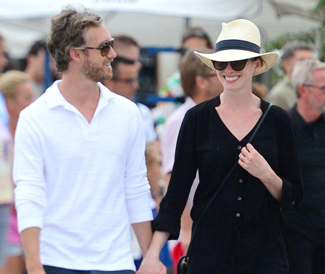 Anne Hathaway Y Su Marido Pasean Su Amor Por Ibiza
