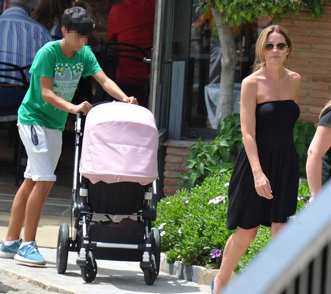 Olvido Hormigos con uno de sus hijos y la pequeña Valeria, en el cochecito