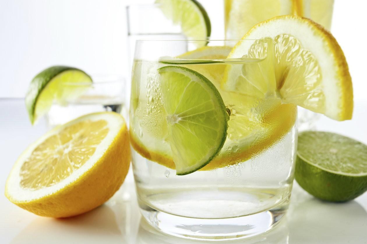 bebe-agua-con-limon-en-ayunas