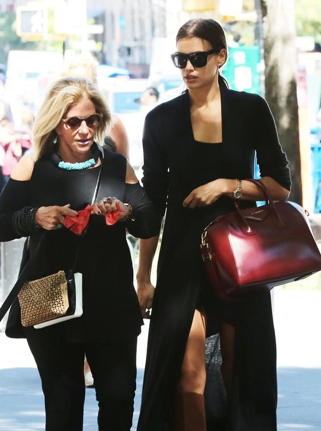 Irina Shayk, de compras con la madre de Bradley Cooper