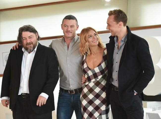 Con sus compañeros de reparto. Tom Hiddleton y Luke Evans