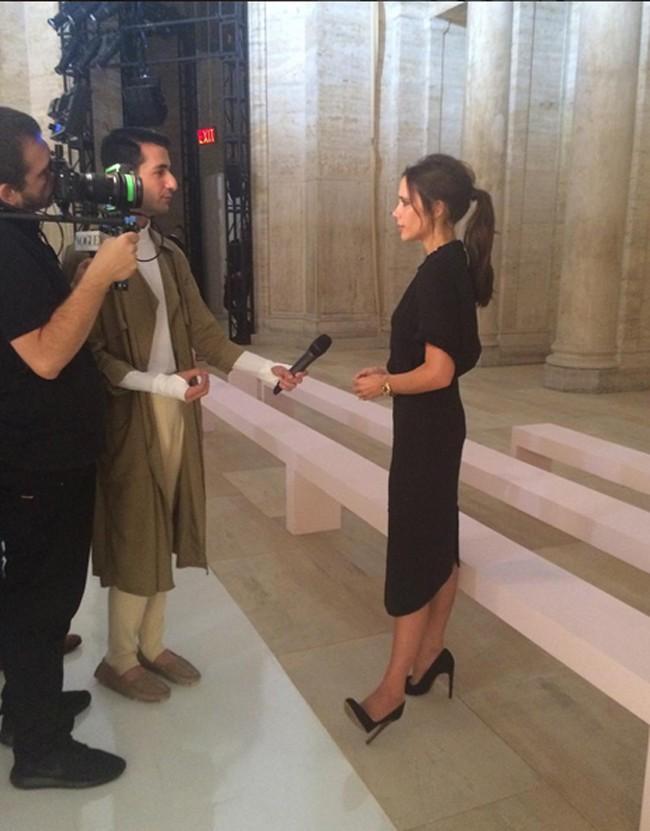 Victoria, siendo entrevistada para los medios antes de presentar su útlima colección en Nueva York.