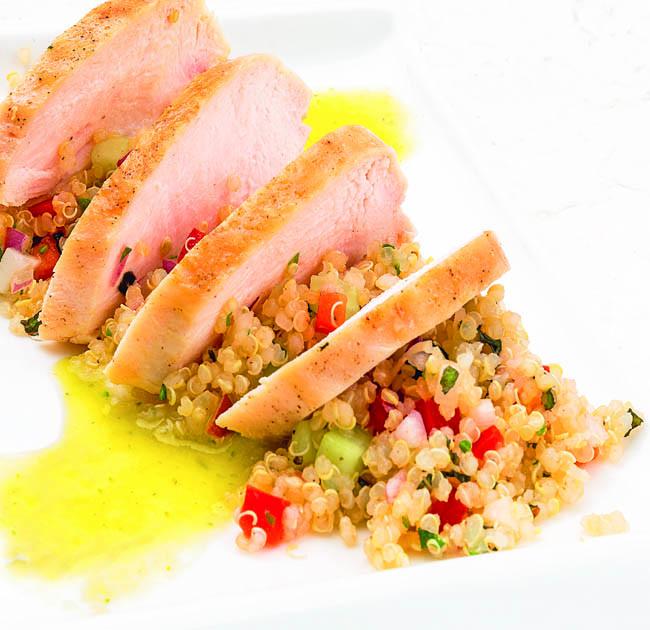 Pollo a la plancha con tabulé de quinoa y vinagreta de perejil