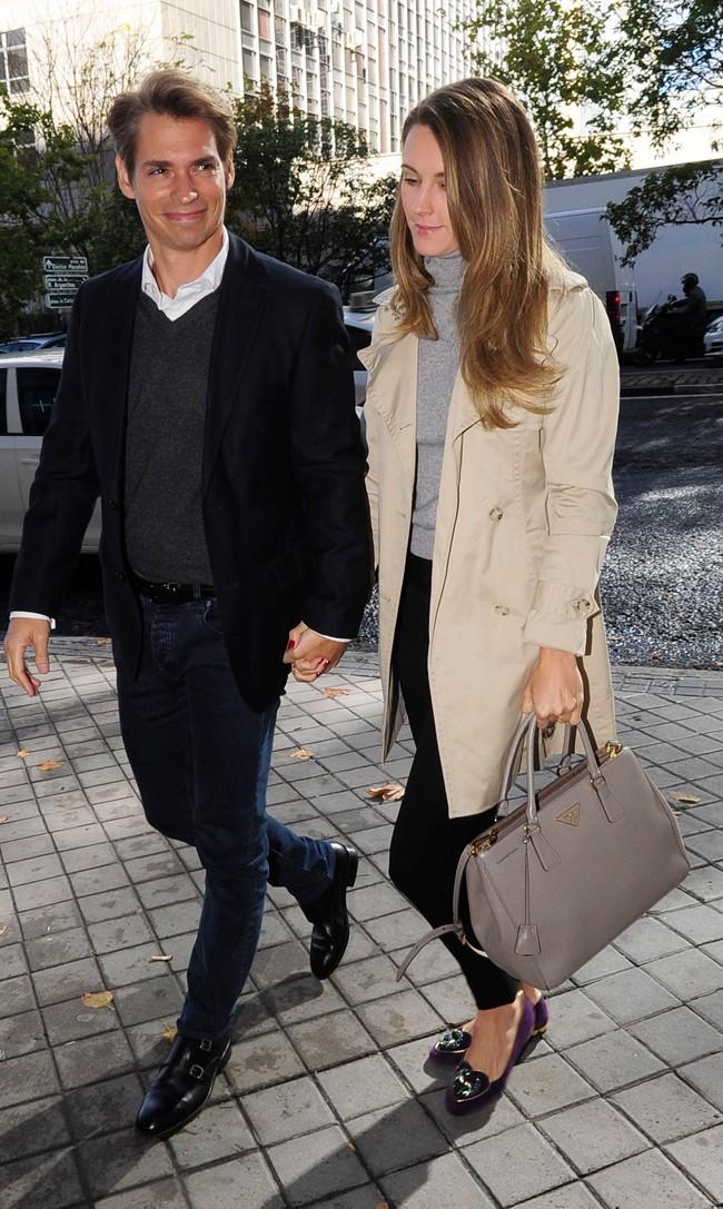 Carlos Baute, de 41 años, y su mujer, Astrid Klisans, antes de entrar en los Juzgados