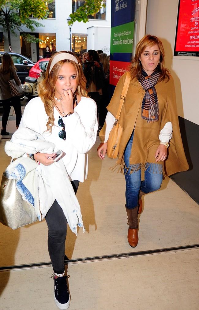 Ana María Aldón y Gloria Camila, entrando en Icade de Madrid donde ambas empezaron ayer a estudiar diseño de Moda
