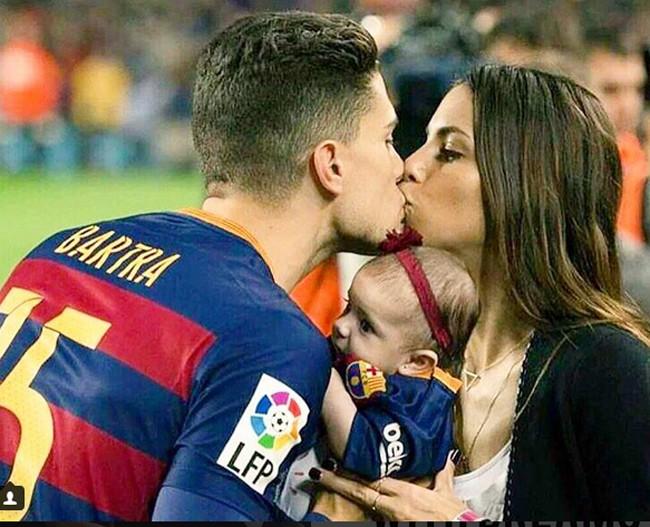 La presentadora Melissa Jiménez besando a su chico, Marc Bartra con su niña en brazos