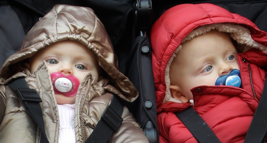 Gabriella llevaba un chupete que ponía 'I love muy mum' mientras que Jacques llevaba uno con su nombre