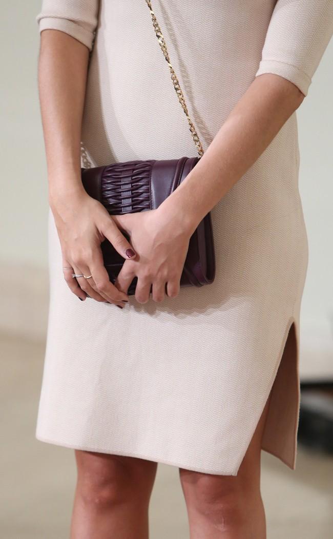 Sara trataba de 'tapar' su incipiente barriguita con el bolso