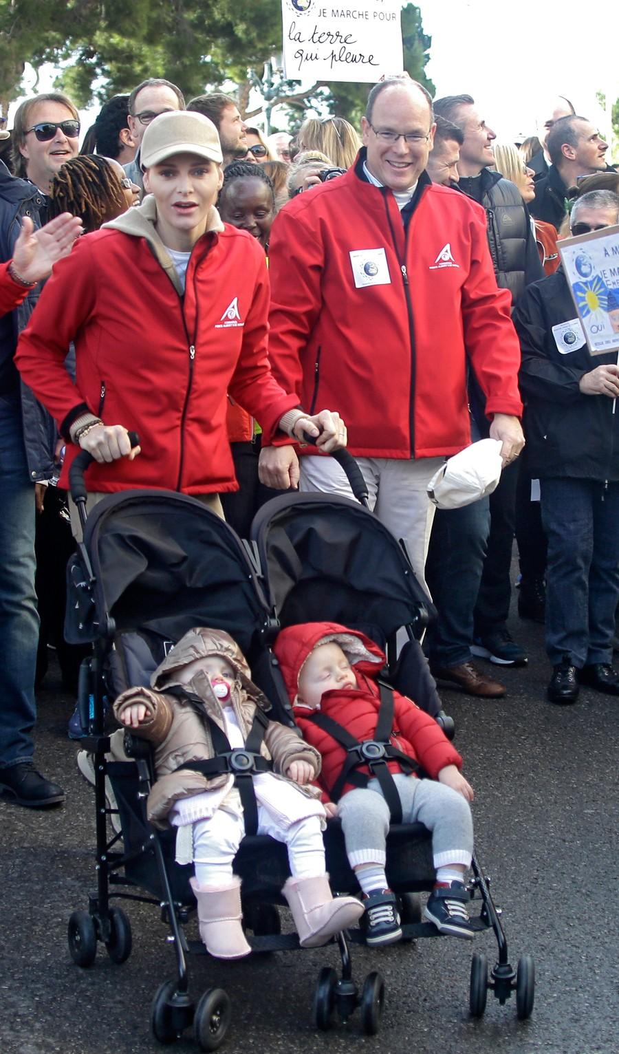 Otra imagen de Charlene y Alberto con sus bebés