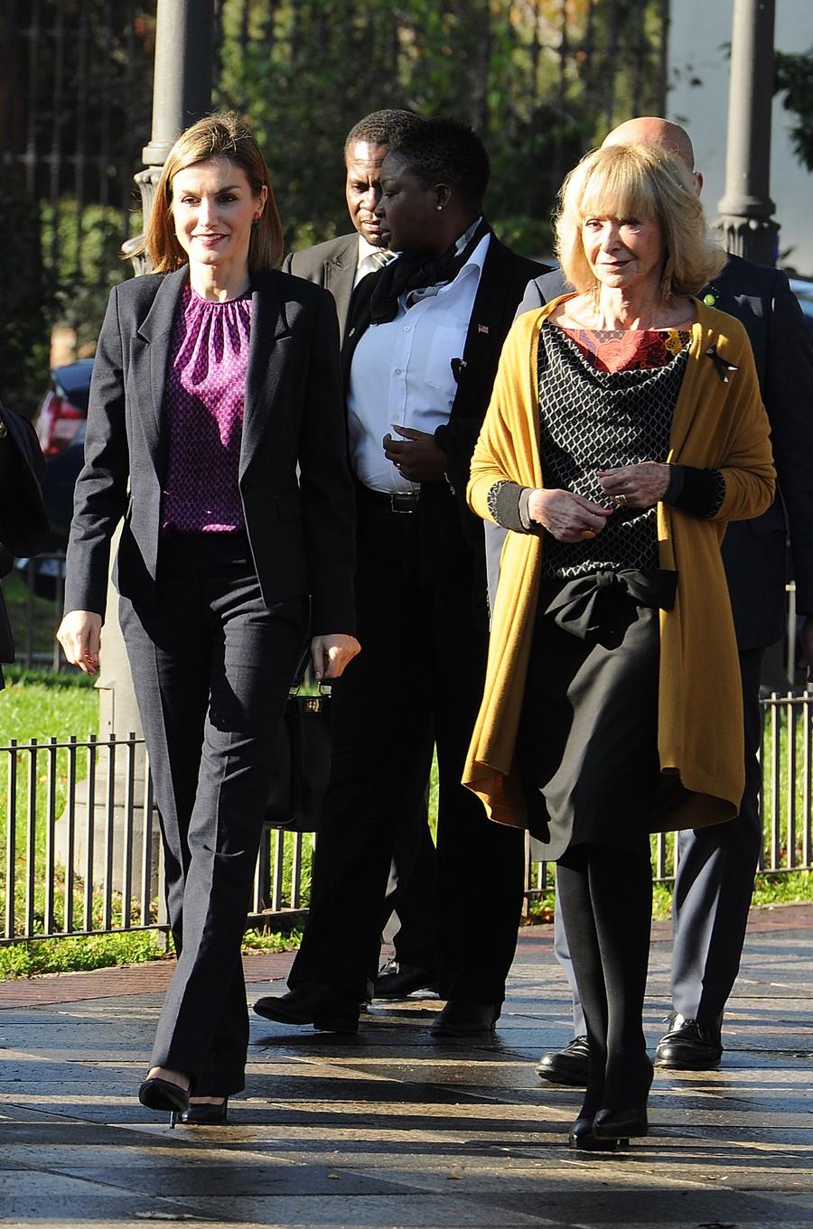 La Reina, a su llegada al foro acompañada por María Fernandez de la Vega, que es la presidenta de la Fundación Mujeres por África