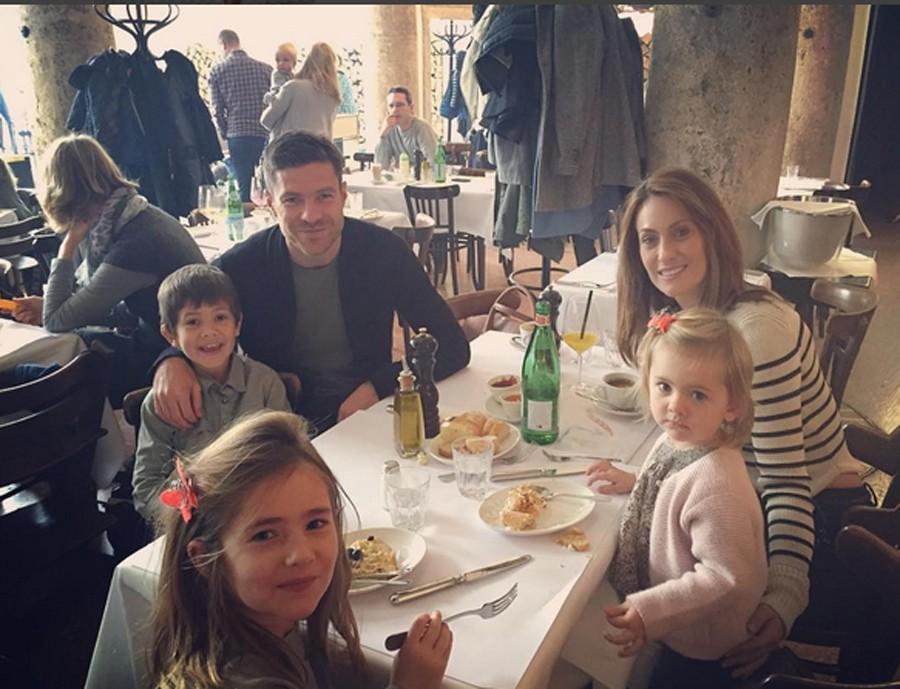 La foto de toda la familia con la que Nagore le felicitó el cumpleaños a Xabi, su marido