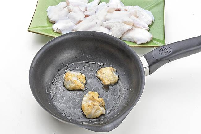 Cocochas a la plancha con salsa de piquillos