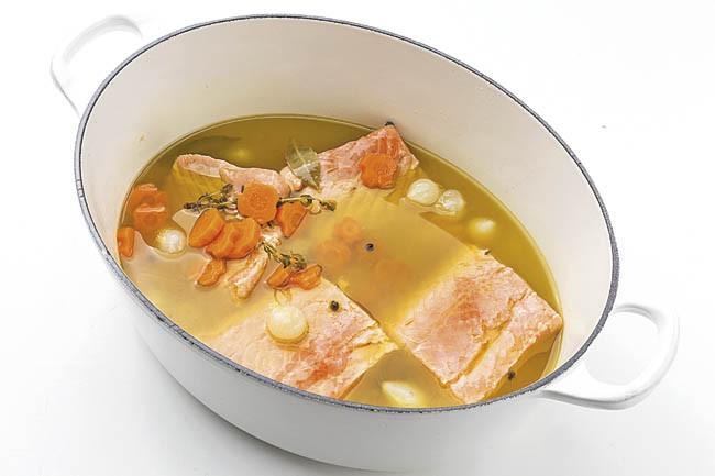 Lomos de salmón al gazpacho verde