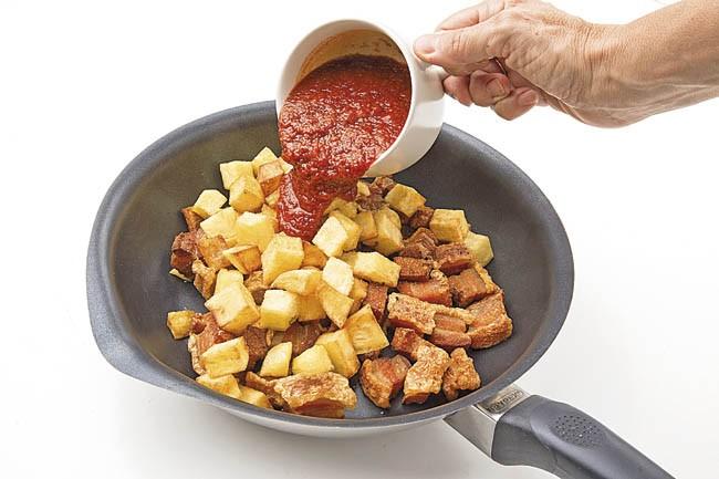 Patatas con tomate y torreznos