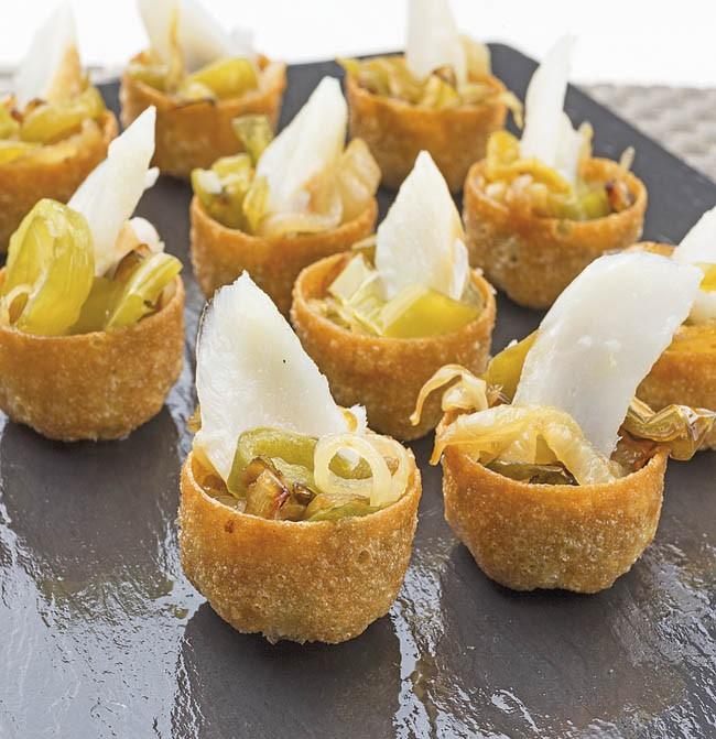 Tartaletas de pimiento, cebolla y bacalao