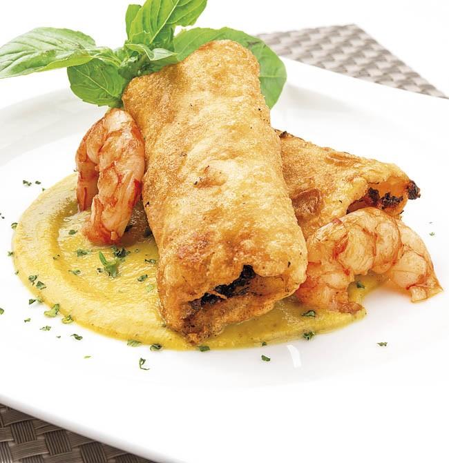 Canelones fritos con salsa de curry y gambas