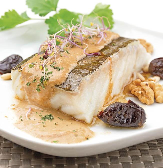 Bacalao fresco confitado con frutos secos y salsa de almendras