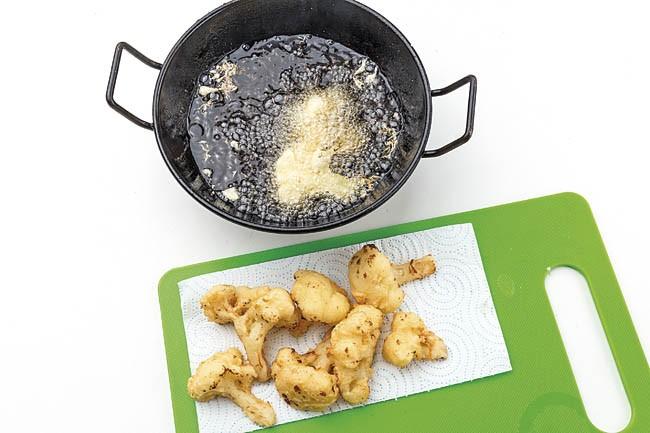 Coliflor en tempura con salsa de pimientos del piquillo