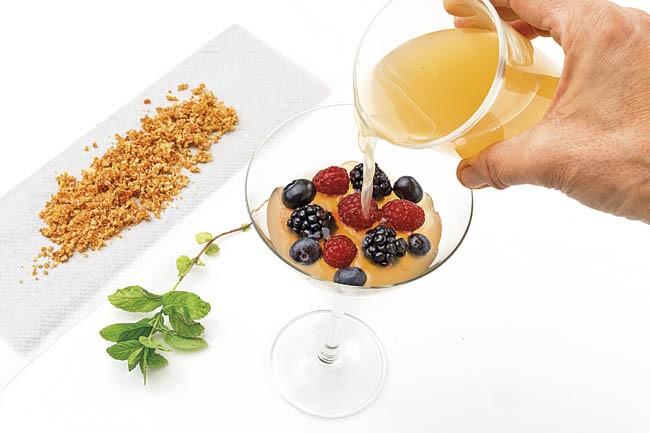Gelatina de lima con frutos rojos y praliné de lima