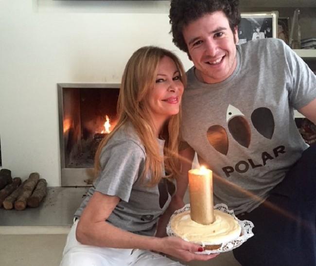 Ana Obregón junto a la tarta con la que celebra su cumpleaños