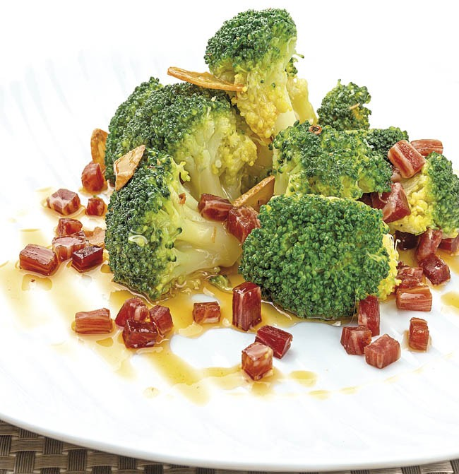 Brócoli al ajillo con jamón