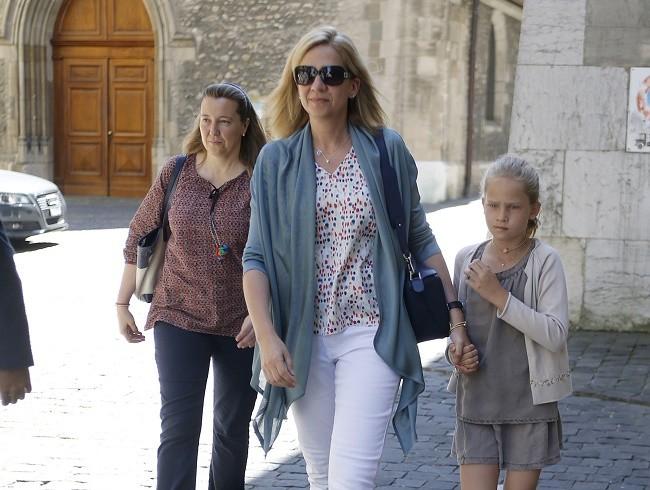 La infanta Cristina con su hija Cristina en Ginebra donde residen con el resto de su familia