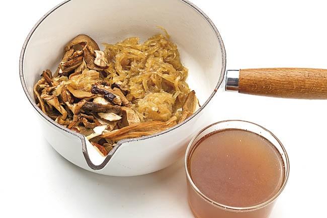 Filetes de mero con cebolla confitada y hongos
