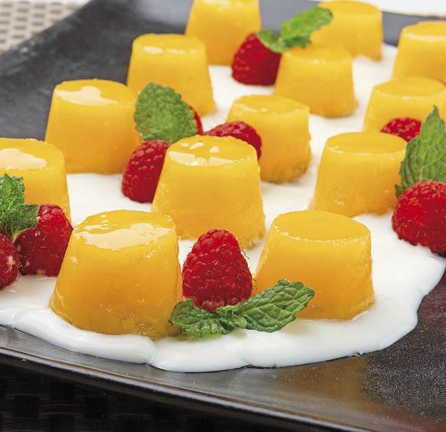 Tocino de cielo con salsa de yogur y frambuesas