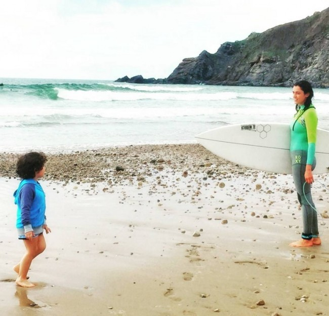 Blanca y Martín, jugando ayer en la playa Foto: instagram Blanca Romero