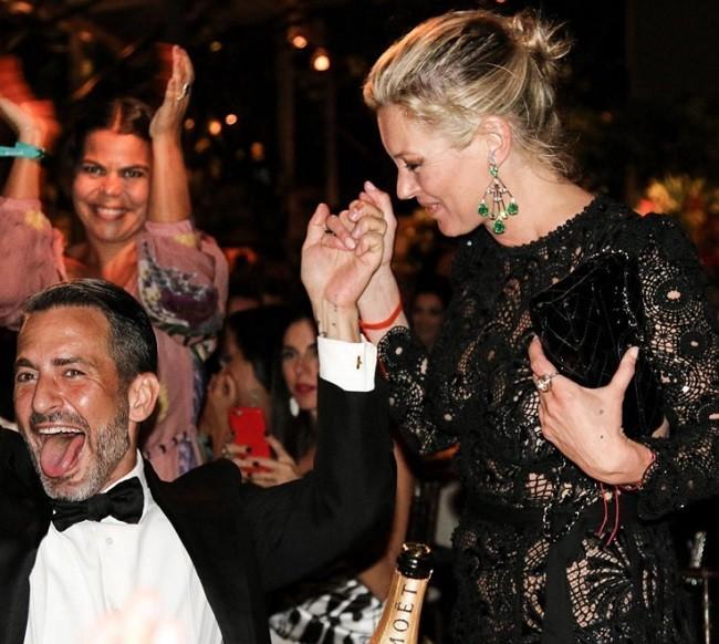 Kate Moss felicita al diseñador Marc Jacobs durante la gala AmfAR en Brasil anoche