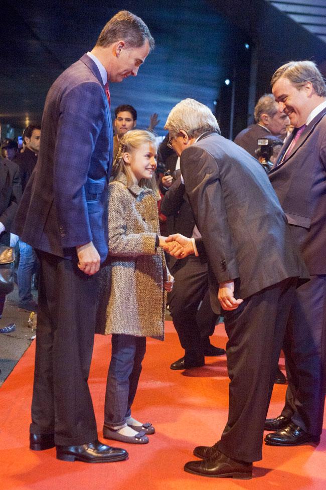 Leonor ha saludado a Enrique Cerezo a su llegada al estadio.