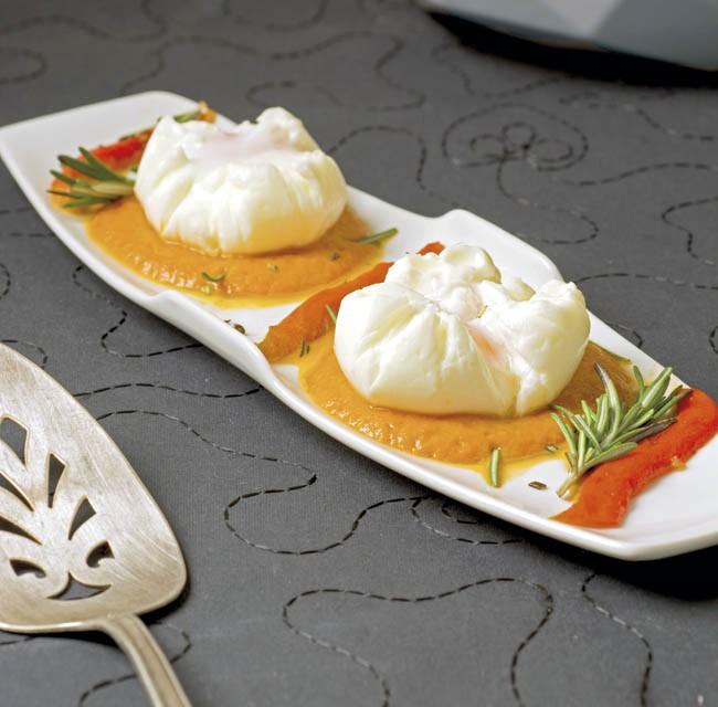 Huevos en salsa de pimientos