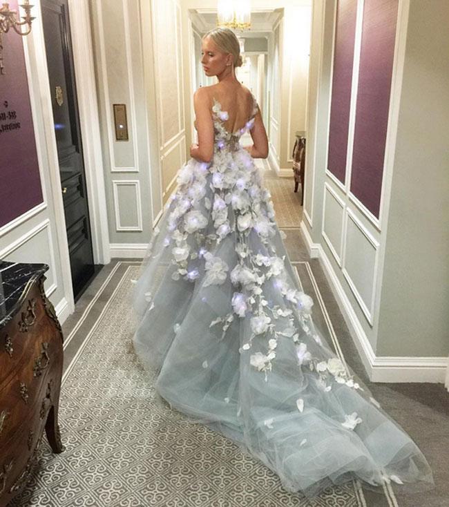 El vestido estaba decorado con flores que llevaban luces led.