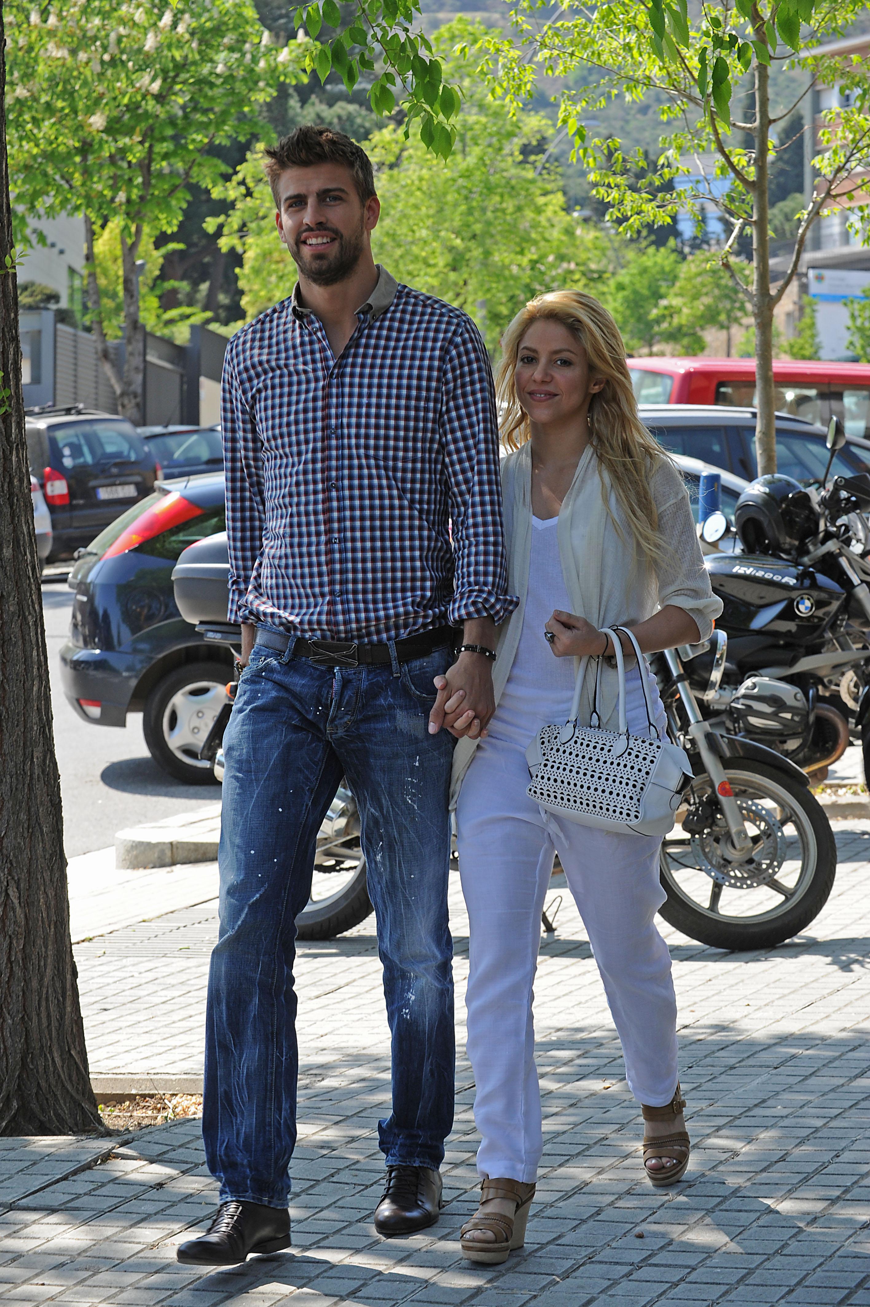 EL FUTBOLISTA GERARD PIQUE Y LA CANTANTE SHAKIRA PASEANDO POR LAS CALLES DE BARCELONA en la foto : cogidos de la mano 15/04/2011 BARCELONA
