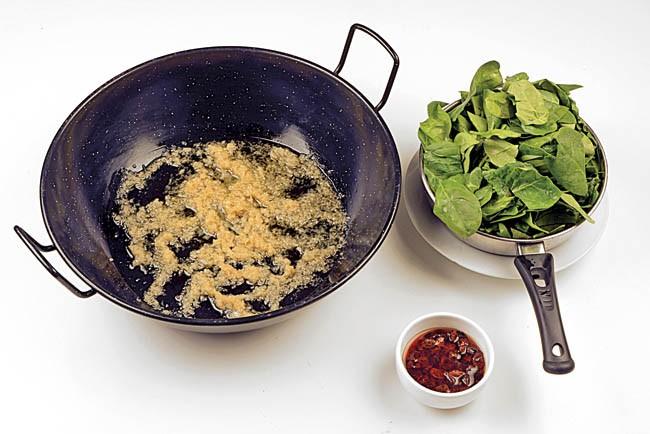 Espinacas pochadas con sésamo negro
