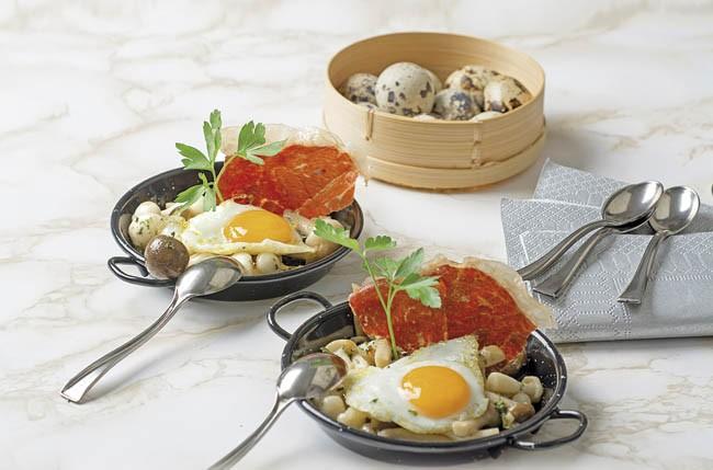 Cazuelitas de setas con huevo de codorniz