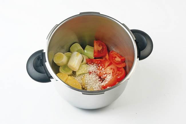 Crema de tomate ahumada con chips de coliflor y brécol