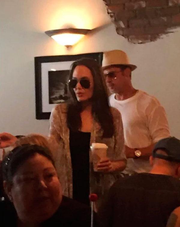 Angelina Jolie y Brad Pitt la pasada semana en un popular restaurante, donde desayunaron con sus gemelos.