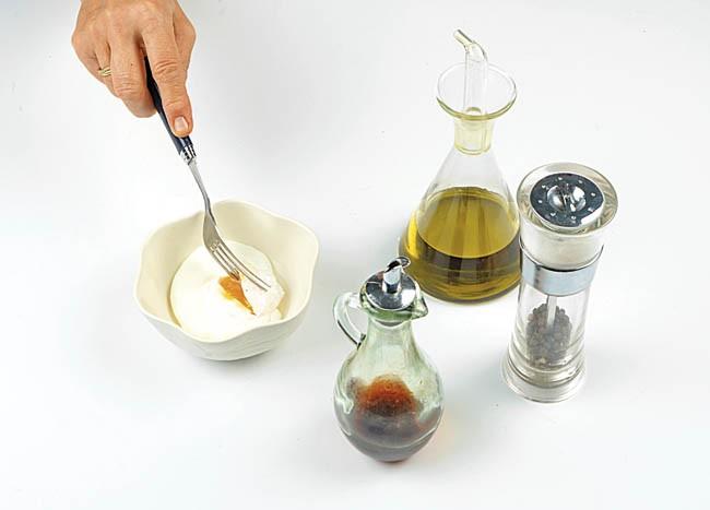 Tirabeques salteados con jamón y salsa de huevo