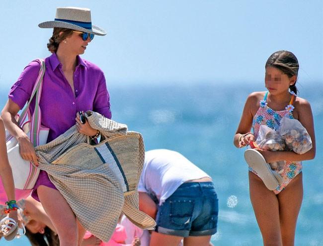Margarita Vargas, de 32 años, con su hija mayor de 9 años disfrutaron de las playas de Sotogrande.