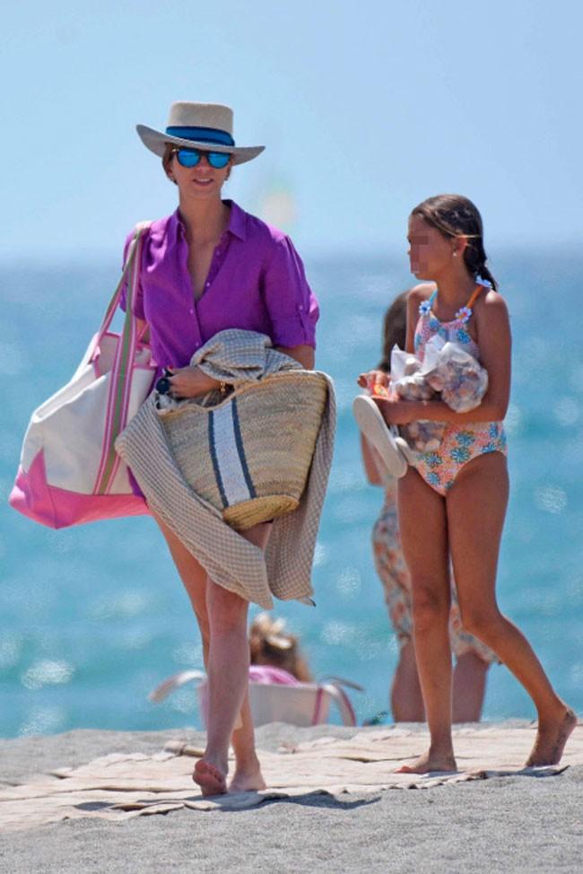 Al irse de la playa, Margarita Vargas recogió todas las bolsas que habían  llevado para su día en la playa.
