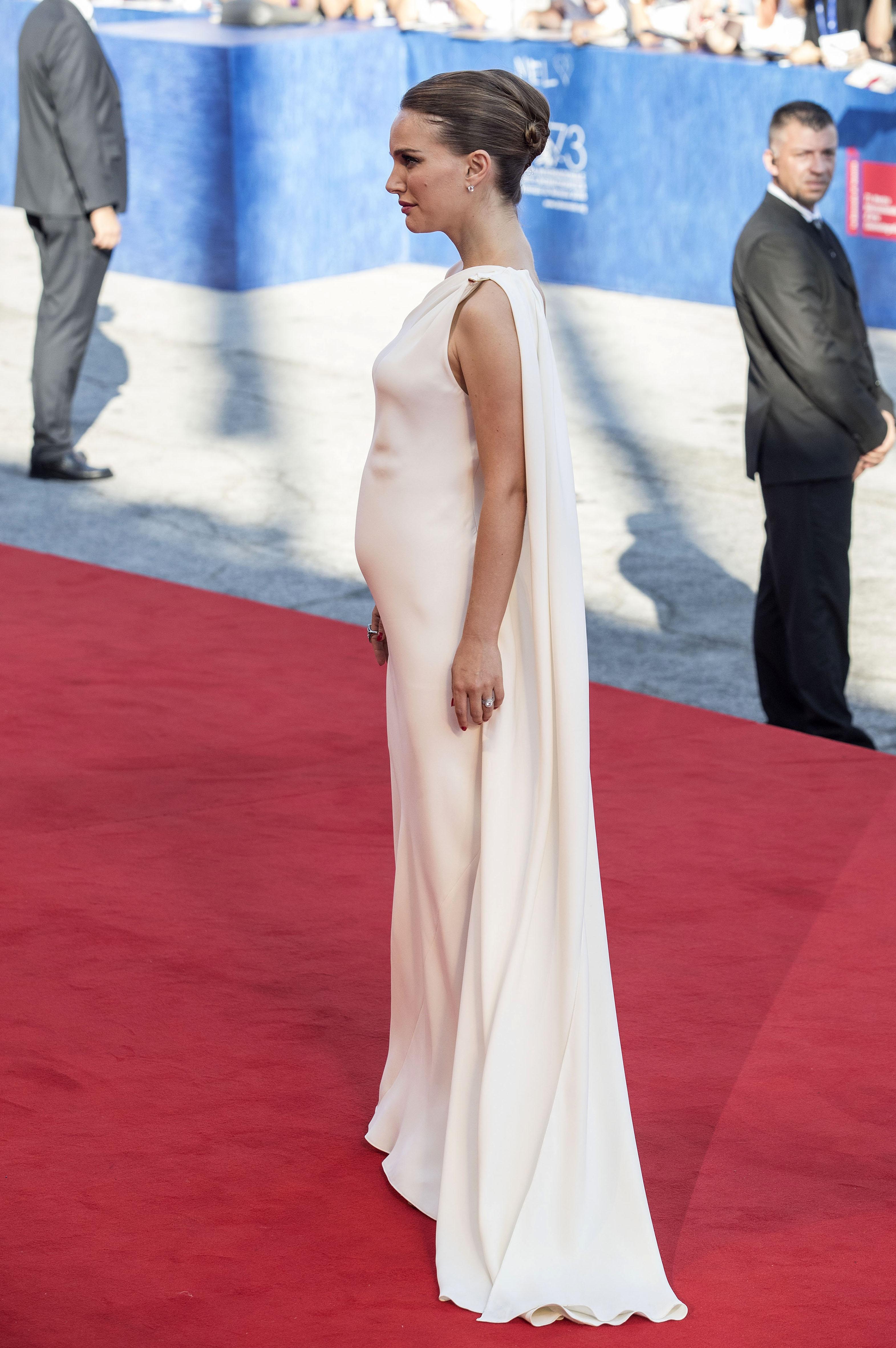 01765ccfd La guapa actriz de Hollywood aprovechó una alfombra roja para revelar al  mundo que está en estado. Será el segundo hijo con su marido