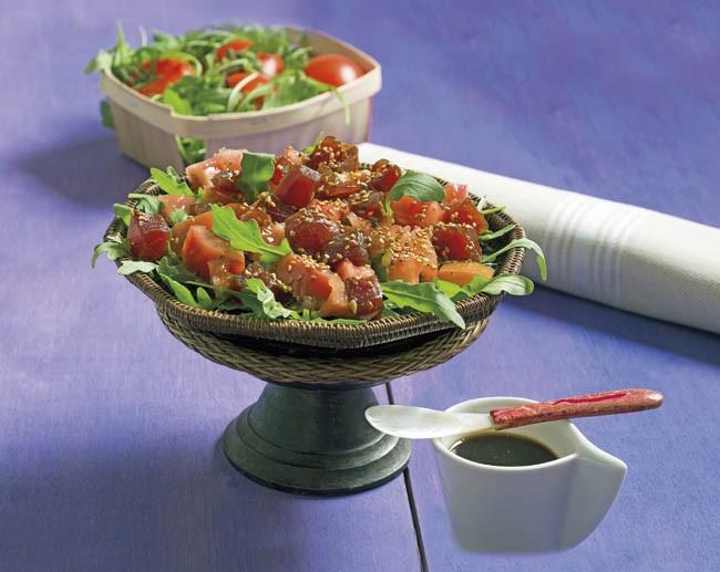 Ensalada de tomate con atún fresco macerado