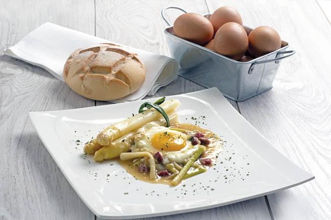 Espárragos con huevos escalfados