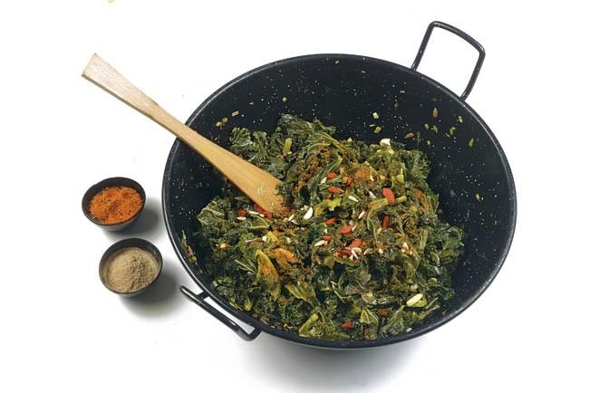 Kale con ajos tiernos y semillas